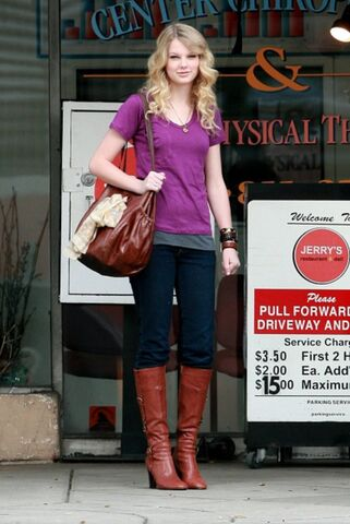 File:Taylor swift 77825 celebutopia taylor swift wearing boots while waiting outside jerry0s deli 22 122 618lo xpXnnaC sized.jpg
