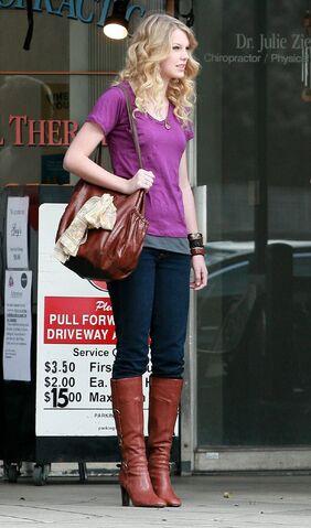 File:Taylor Swift Outside Jerry44s Deli in LA 122 89lo.jpg
