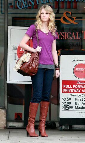 File:Taylor Swift Outside Jerry20s Deli in LA 444 122 961lo.jpg
