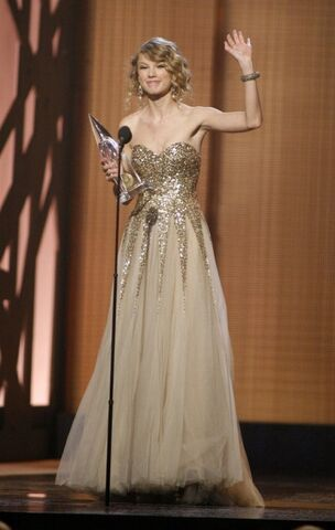 File:Taylor-Swift-Wins-CMA-Entertainer-Of-The-Year-500x789.jpg