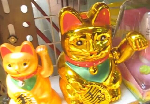 File:Gold cat and side cat waving to you.jpg