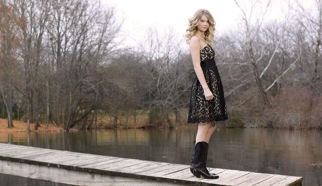 File:Taylor-Swift-In-Cute-Black-Dress-2560x1600.jpg