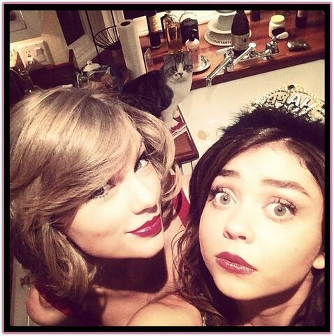 File:Sarah-hyland-taylor-swift.jpg