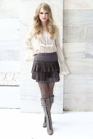File:Taylor Swift D'lite Sparkling+Boots 6.jpg