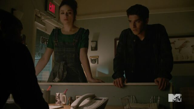 Datei:Teen Wolf Season 3 Episode 20 Echo House Tyler Posey Crystal Reed Scott McCall Allsion Argent Consulting DrDeaton And Chris Argent.jpg