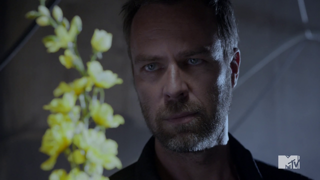 Datei:Teen Wolf Season 4 Episode 10 Monstrous Chris With Yellow Wolfsbane.png