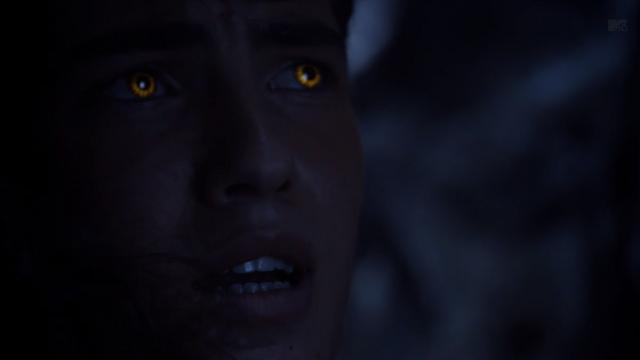 Datei:Teen Wolf Season 3 Episode 8 Visionary Ian Nelson Young Derek Yellow eyes.png