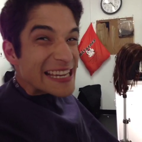 Datei:Teen Wolf Season 3 Behind the Scenes Tyler Posey Hair and Makeup.png