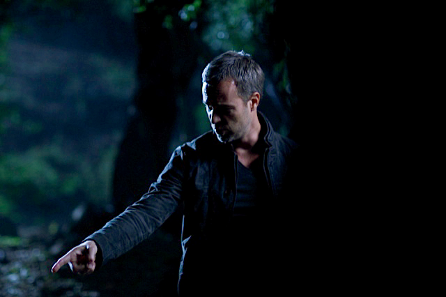 File:Teen Wolf Season 3 Behind the Scenes JR Bourne pointing - Canyon 011713.png