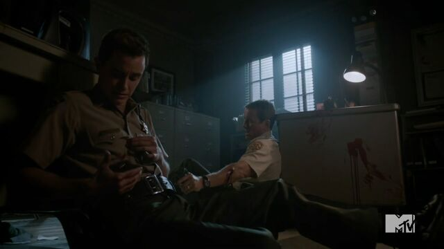 Datei:Teen Wolf Season 3 Episode 24 The Divine Move Linden Ashby Oni Aftermath At The Police Station.jpg