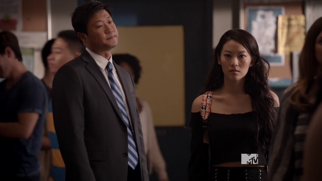 Archivo:Teen Wolf Season 3 Episode 13 Tom T. Choi Arden Cho Kira and her dad.png