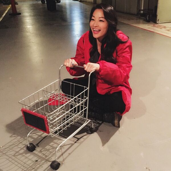 Teen Wolf Season 5 Behind the Scenes Arden Cho with tiny shopping cart 040115