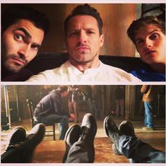 3 loups garous et leurs pied dans le loft de Derek
