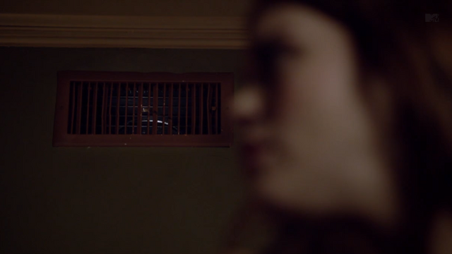 File:Teen Wolf Season 3 Episode 6 Motel California Holland Roden Lydia Martain Voices in the vent.png
