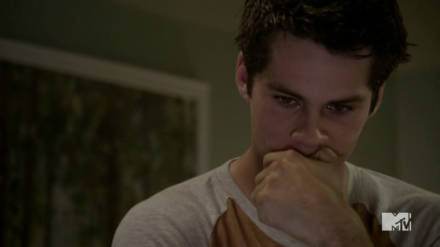 Datei:Teen Wolf Season 4 Episode 9 Perishable Stiles worries about money.png
