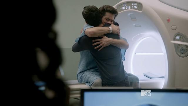 Datei:Teen Wolf Season 3 Episode 18 Riddled THE HUG Scott and Stiles.png
