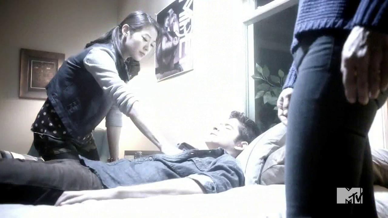 Datei:Teen Wolf Season 4 Episode 8 Time of Death Kira Foxfire kills Scott.png