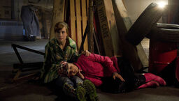 Nina und Delia sind in der Lagerhalle eingesperrt