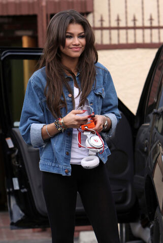File:ZENDAYA-COLEMAN-Arrives-at-the-Dancing-With-The-Stars-Studios-in-Los-Angeles-5.jpg