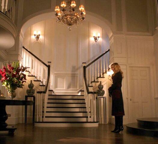 File:Emily-Thorne-in-Grayson-Manor-entry-hall-Revenge.jpg