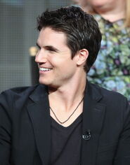 Robbie Amell 211