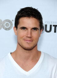 Robbie Amell 186
