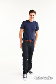 Robbie Amell 097