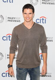 Robbie Amell 222