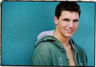 Robbie Amell 019