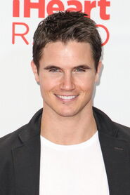 Robbie Amell 230