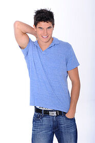Robbie Amell 022