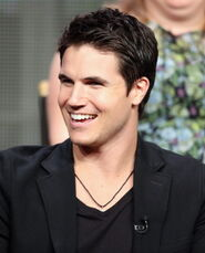 Robbie Amell 210