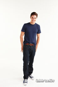Robbie Amell 098