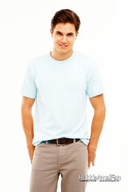 Robbie Amell 053