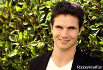 Robbie Amell 009