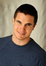 Robbie Amell 004