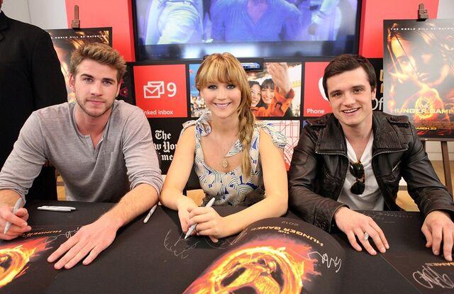 File:Jennifer Lawrence, Josh Hutcherson, and Liam Hemsworth.jpg