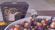 S7E09.309 Rigby Sticking His Hand in the Bowl