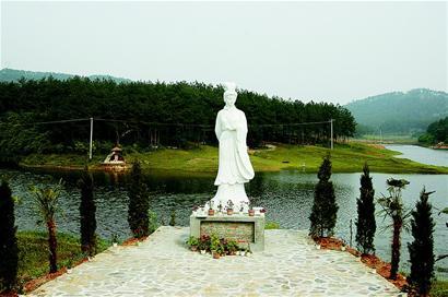 File:Huang Yueying Statue.jpg