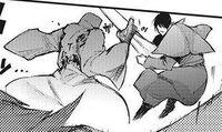 Amon grabs Shinsanpei's kagune