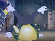 The Yankee Doodle Mouse - Tom look inside of tea pot