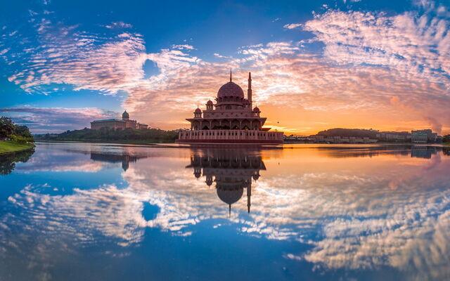 File:Malaysia Putrajaya Building 001.jpg