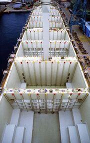Containerladeräume Schiff retouched