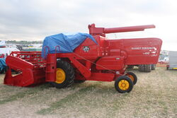 Massey Ferguson 400 combine (restored) at GDSF 08 - IMG 1081