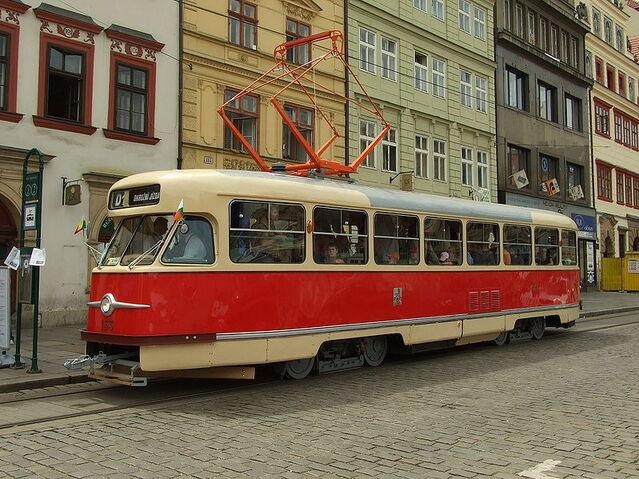 Plik:Plzeň, Náměstí Republiky, Tatra T2 cropped.jpg