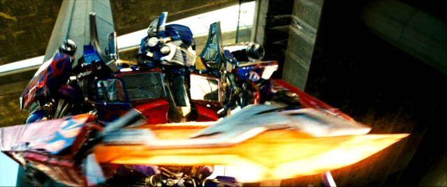 File:Optimus Prepares For Battle.jpg