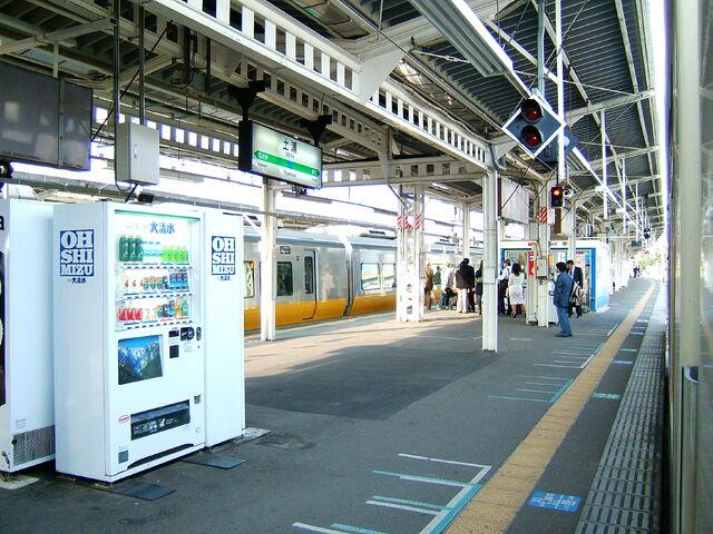 File:Tsuchiura station platform-2063.jpg