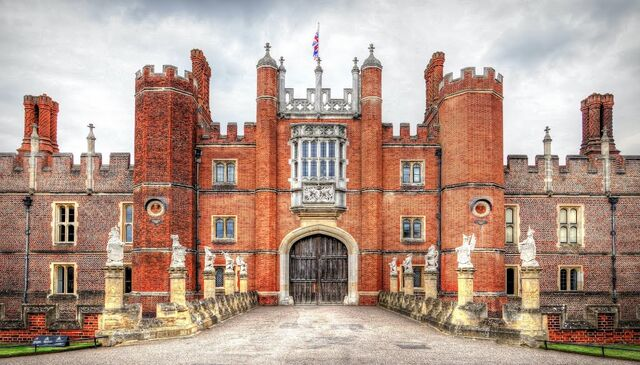 File:Hampton-Court-with-the-Kings-Beasts.jpg