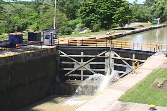 File:Erie canal lock-550x367.jpg