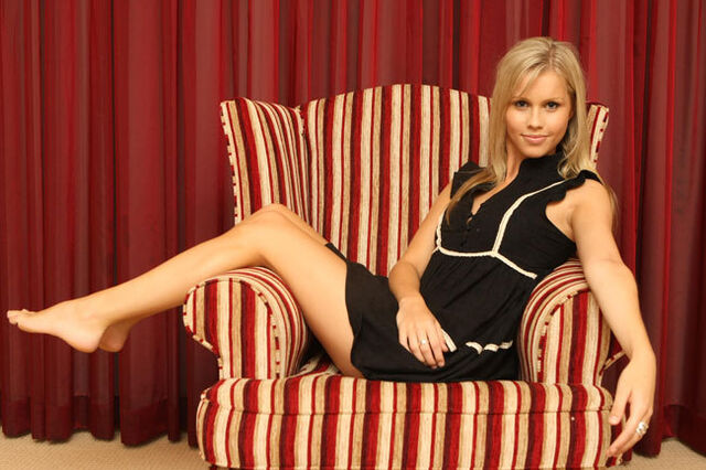 File:Claire-Holt-Feet-222114.jpg